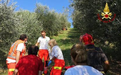 Trattore ribaltato in campo, ferito in eliambulanza ad Ancona