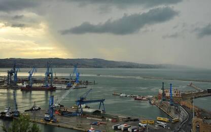 Migranti: si tuffa in mare da nave, salvato da Ps