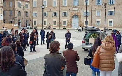 Spara e uccide figlio: funerali 26enne a Senigallia