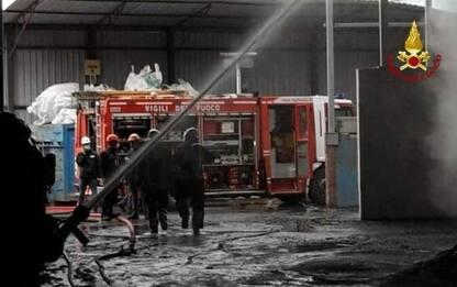 Incendio in azienda lavorazione alluminio, alta colonna fumo