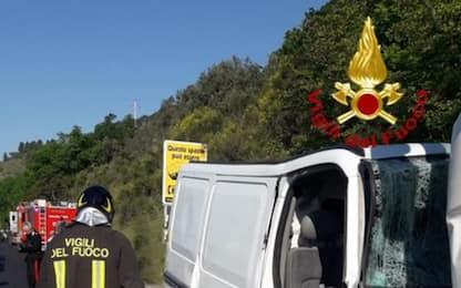 Furgone contro mezzo pesante cantiere in sosta, morto 36enne