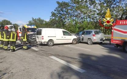 Auto contromano in superstrada finisce contro furgone