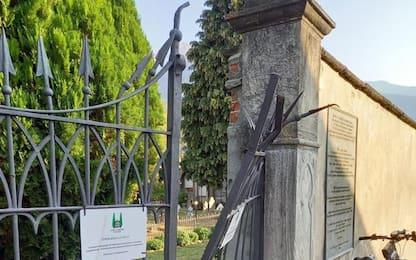Danni a cancello cimitero Sant'Orso con escavatore rubato