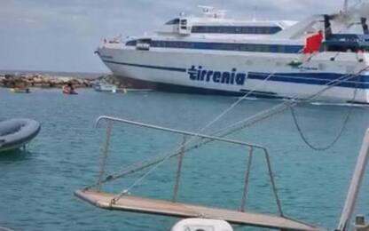 Traghetto Tirrenia finisce sugli scogli alle Tremiti