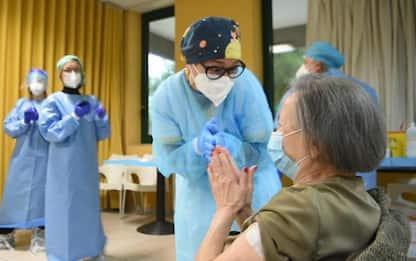 """Covid: seconda dose di vaccino a 94enne Bari, """"fatelo tutti"""""""