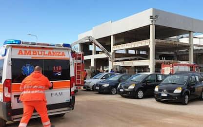 Crolla solaio di un capannone: un morto, quattro feriti in gravi condizioni