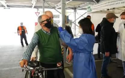 Vaccini:applausi per anziano in bici a drive-through Taranto