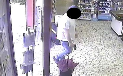 Rapina negozio con pistola giocattolo, 30enne in manette