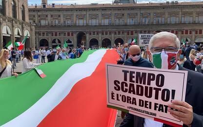 Bologna, flash mob destra con tricolore
