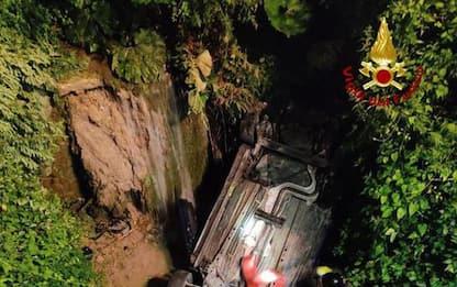 Auto con tre ragazzi finisce in torrente nel Bolognese