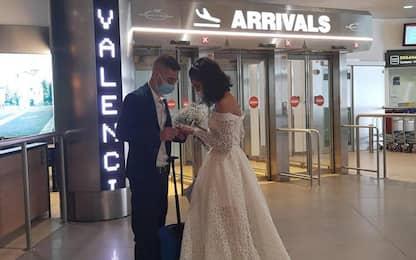 Nozze rinviate per Covid ma sposi si incontrano in aeroporto