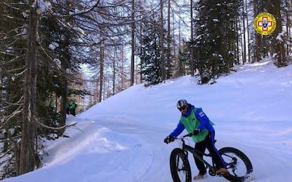 Cade in bici su sentiero ghiacciato, soccorso