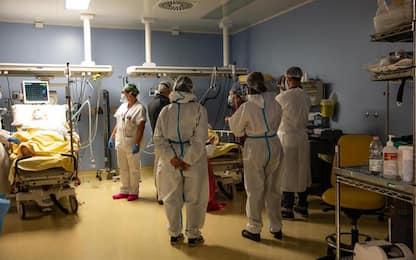 Covid: calo di contagi e ricoveri in E-R, altri 64 morti