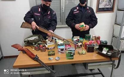 Cela centinaia di munizioni e una carabina, arrestato 54enne