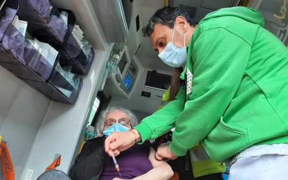 Vaccini: al 'drive' in ambulanza, nuovo servizio a Bologna