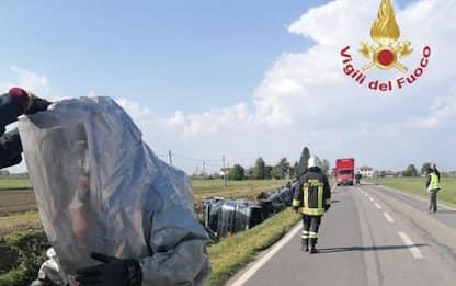Camion fuori strada perde liquido corrosivo, intervento Vvf