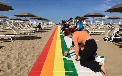 Omofobia: attivisti a Rimini colorano la Pride Walk