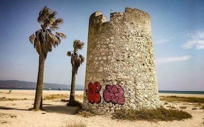 Sfregio a Torre Spagnola al Poetto, bando per cancellarlo