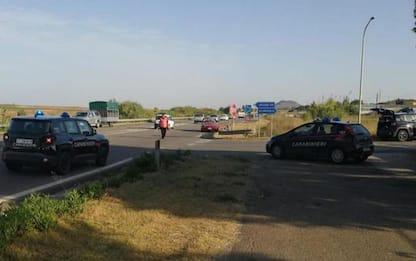Auto si ribalta sulla statale 131, morto un 24enne