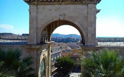Cade da parapetto Bastione Cagliari, grave un 17enne