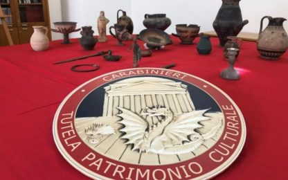 Ereditano reperti archeologici e li segnalano a carabinieri