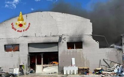 Rogo devasta due capannoni a Cagliari, alta colonna di fumo