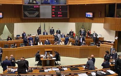 Sardegna: spintoni e urla, bagarre in Consiglio regionale