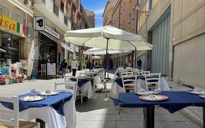 Covid: Sardegna gialla, le strade si riempiono di tavolini