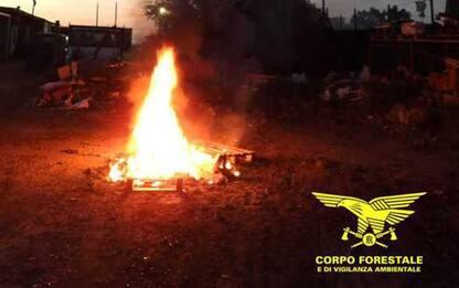 Bruciano e interrano rifiuti nei loro terreni, 11 indagati