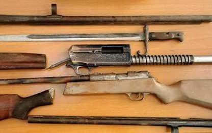 Polizia cerca droga e trova armi, denunciato un 53enne