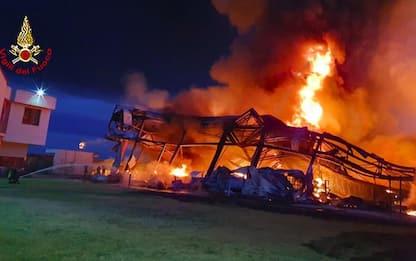 Incendi: rogo in azienda alimenti zootecnici a Firenze