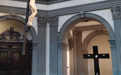 Mostre: dipinto Puglisi accanto a Crocifisso Michelangelo