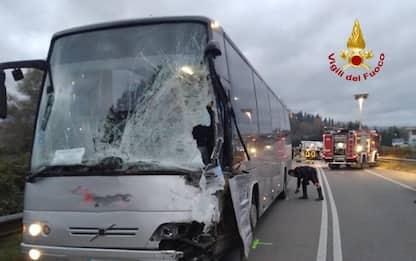 Scontro frontale tra autobus e furgone, un ferito grave