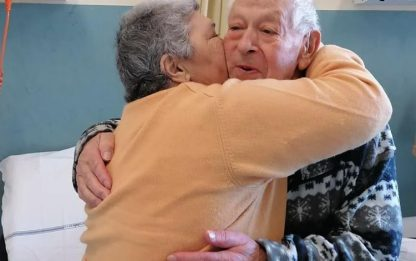 Covid: coppia festeggia 54 anni nozze in ospedale