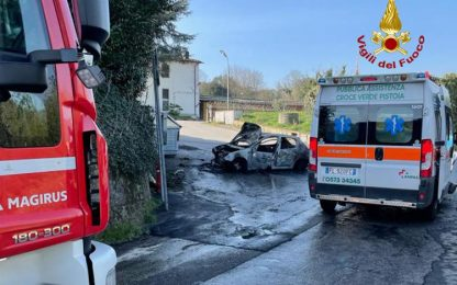 Auto contro muro e poi si incendia, conducente morto