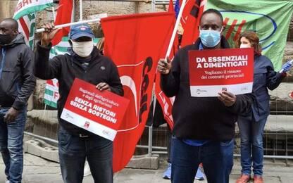 Lavoro: proteste operai agricoli sotto prefetture Toscana