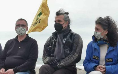 Pelù pulisce spiaggia Maremma, pandemia plastica usa e getta