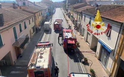 Incendio in una tappezzeria del Pisano, titolare molto grave
