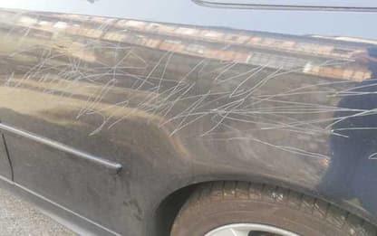 Atti vandalici su auto avvocato cause contro no vax