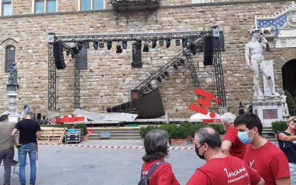 Crolla parte di un palco sotto Palazzo Vecchio, un ferito