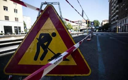 Operaio disegna storta linea mezzeria stradale, licenziato