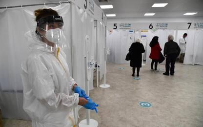Covid: netto calo di ricoverati e positivi, 15mila vaccini