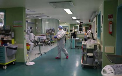 Covid: sotto quota 500 gli ospedalizzati, 8 morti