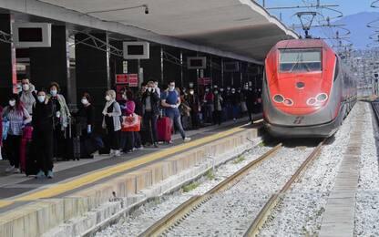 Pantografo treno si stacca e sfonda vetro, nessun ferito
