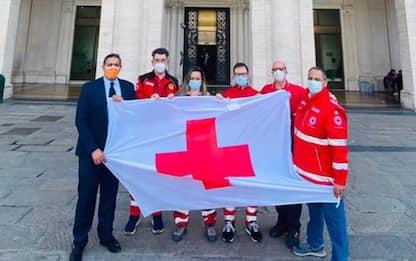 Bandiera Croce Rossa su facciata palazzo Regione