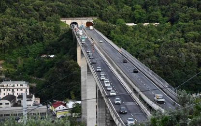 Cadono calcinacci da viadotto A10, chiusa strada a Genova