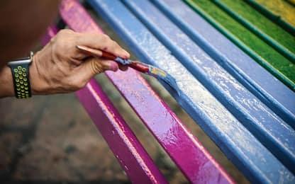 Omofobia: inaugurata a Lavagna una panchina arcobaleno