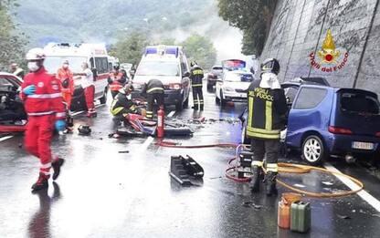 Frontale tra auto, donna gravissima, ferite due ragazzine