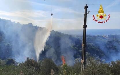 Incendi: bosco in fiamme a Chiavari vicino alle case