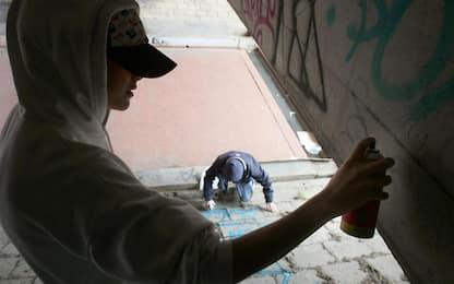 Imbrattano muri e segnali, denunciati si offrono di ripulirli